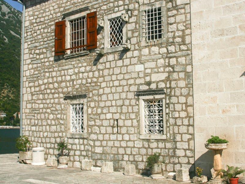 Kerk bij eilandje in de baai van Kotor, Montenegro royalty-vrije stock afbeeldingen