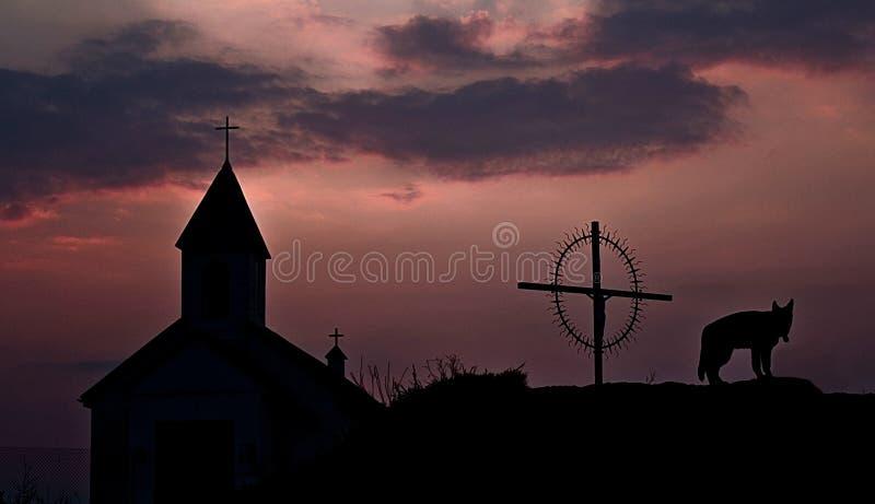 Kerk bij zonsondergang stock foto's