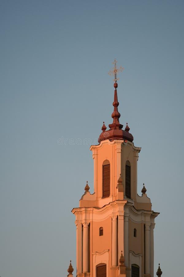 Kerk bij zonsondergang Traditionele houten kerk van Maramures-provincie, Roemenië bij zonsondergang royalty-vrije stock foto's