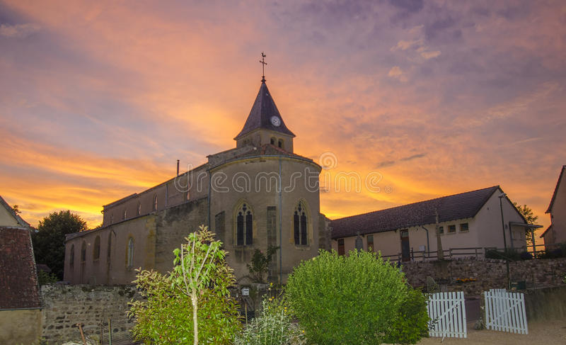 Kerk in Bourgondië bij Zonsondergang stock foto