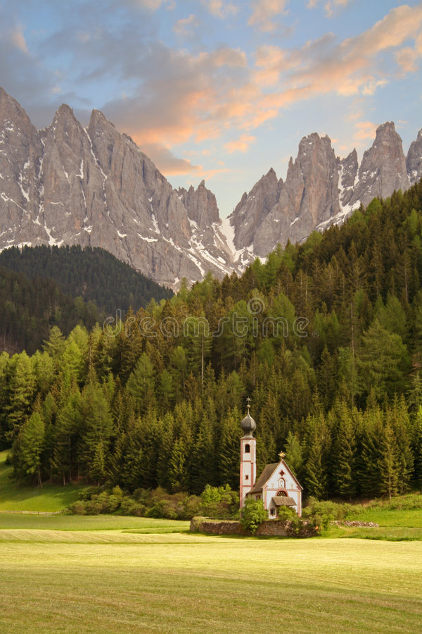 Kerk in de Europese Alpen stock afbeeldingen