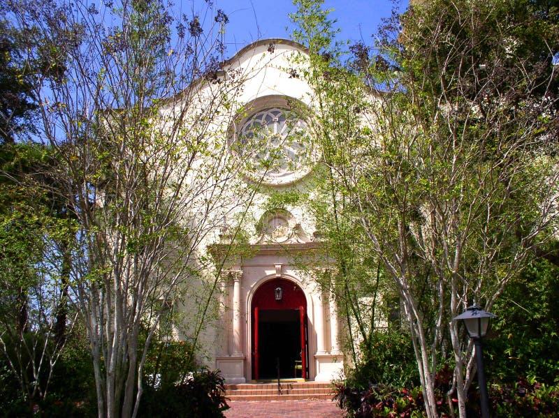 Kerk in de lente stock afbeelding