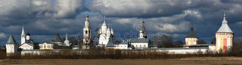 Kerk in de zomer bewolkt landschap stock foto