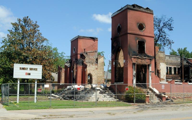 Kerk die in brand wordt vernietigd stock afbeelding