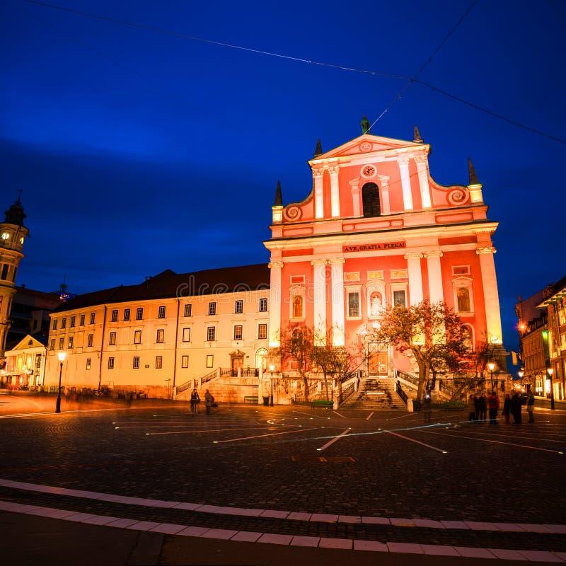 Kerk en beroemde oude gebouwen in het stadscentrum Zonsondergang in Ljubljana, Slovenië royalty-vrije stock afbeelding
