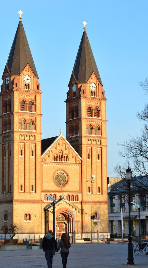 Kerk en een lopend paar stock foto