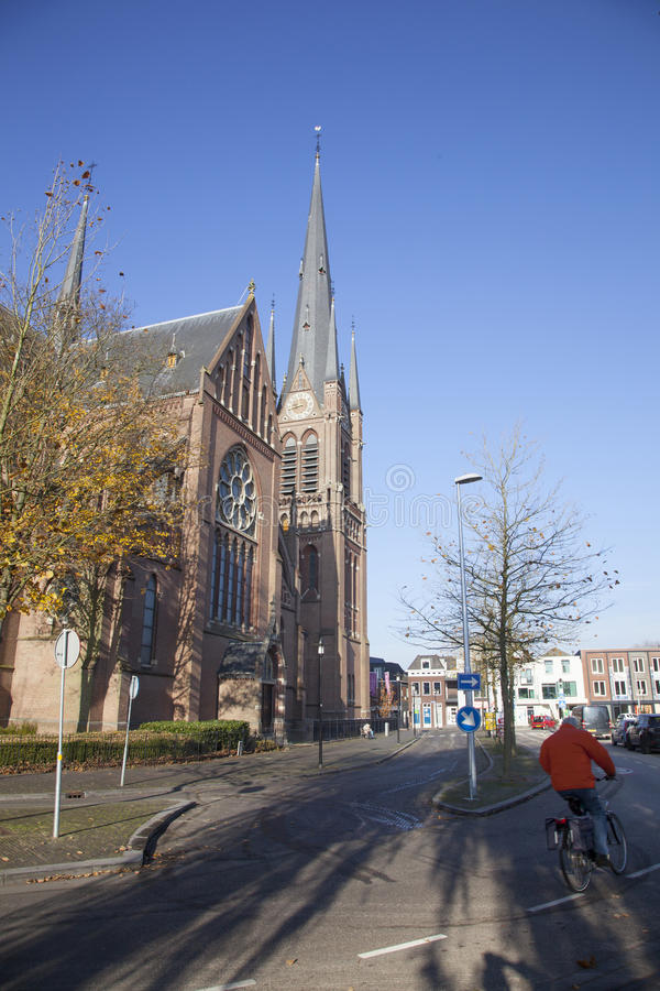 Kerk en fiets op straat van Woerden stock fotografie