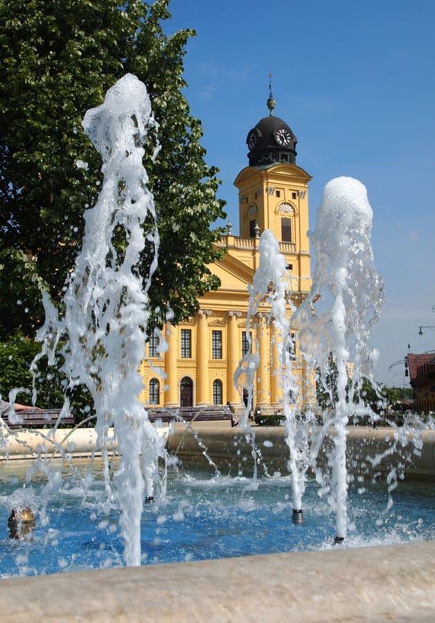 Kerk en fontein stock foto's