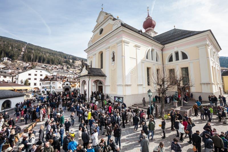 Kerk en gelovig Pasen in Ortisei, Italië stock foto