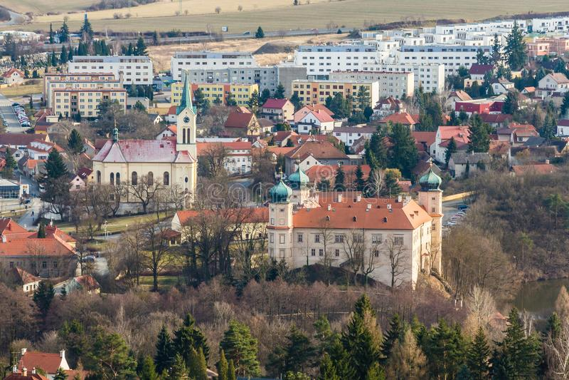 Kerk en Kasteel - Mnisek-Peul Brdy, Tsjechische Republiek stock afbeeldingen