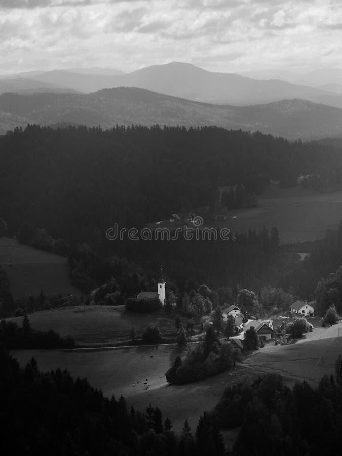 Kerk en kleine stads lichtstraal stock fotografie