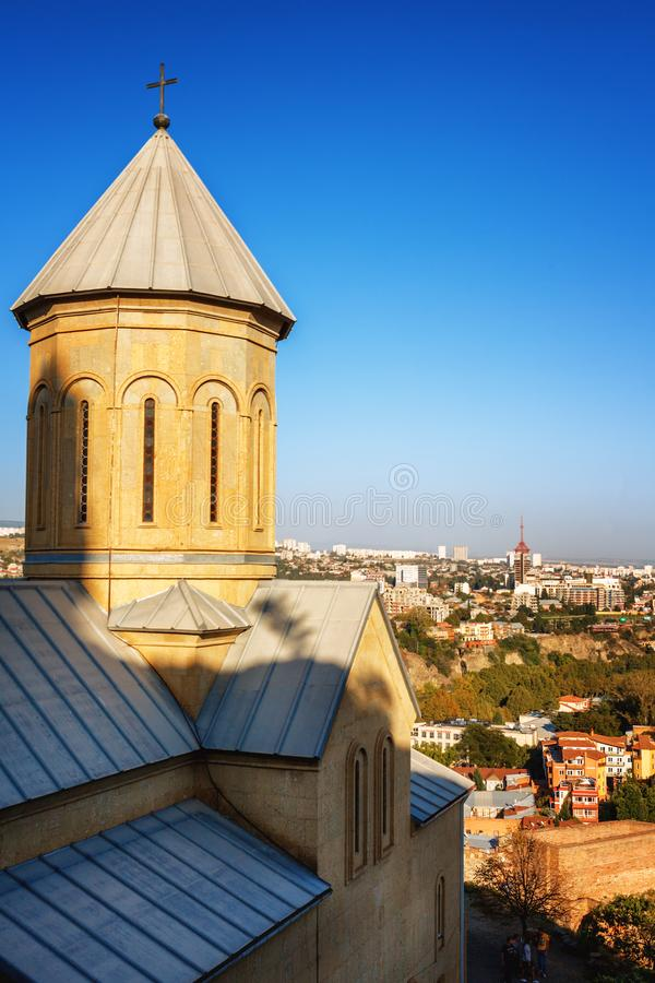 Kerk en klokken op het grondgebied van de oude vesting Narikala, oud Tbilisi, Georgië royalty-vrije stock fotografie