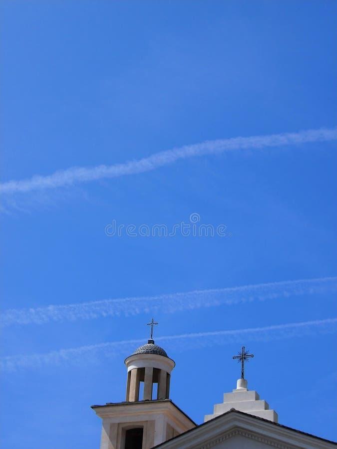 Kerk en klokketoren in de zomer stock fotografie