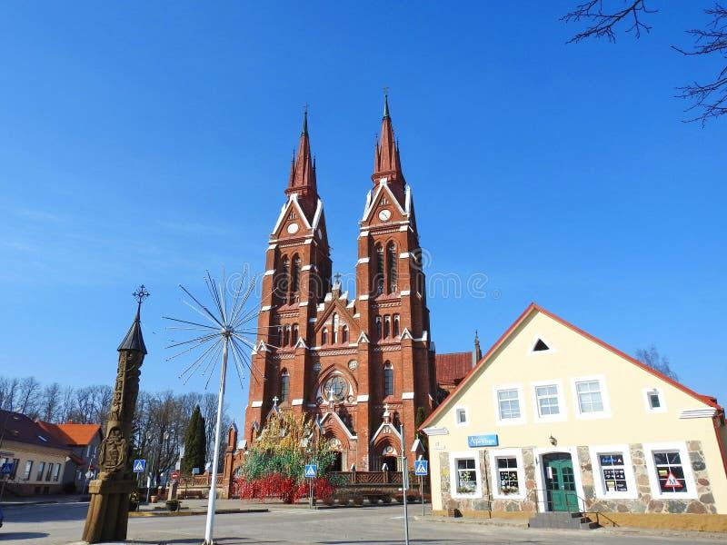Kerk en paaseierenboom in Sveksna-stad, Litouwen stock afbeeldingen
