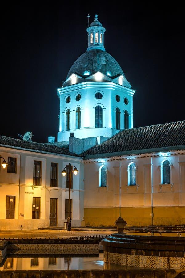 Kerk en torenspits bij nacht stock foto's
