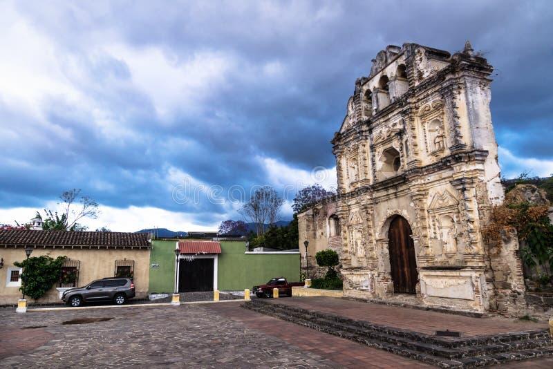 Kerk fassade ruïne van Ermita DE Santa Isabel met dramatische cloudscape, Antigua, Guatemala stock foto