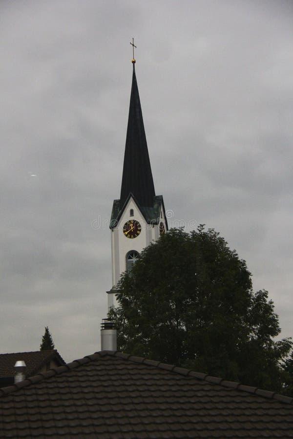 Kerk in grijze hemel royalty-vrije stock foto's