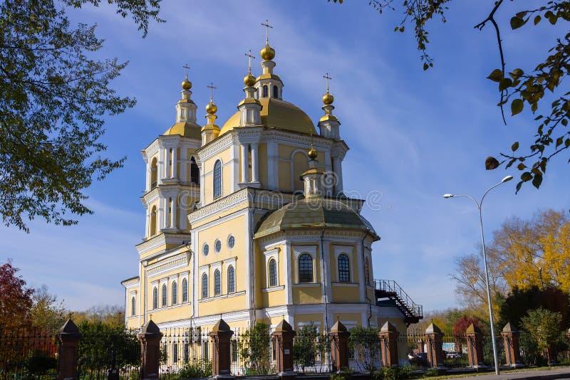 Kerk in het centrale park van de stad stock foto's