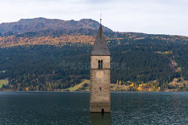 Kerk in het water bij Meer Reschen in Tirol in Noord-Itali? stock afbeeldingen