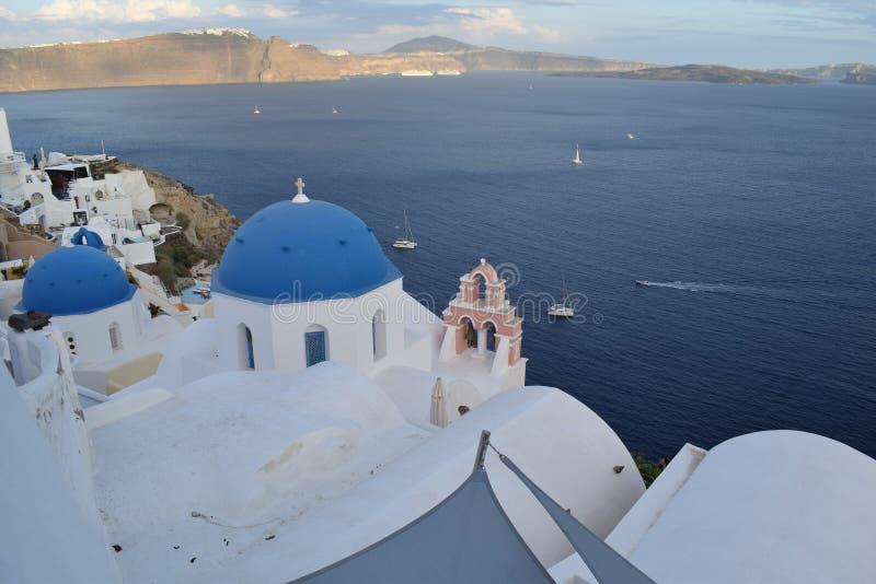 Kerk met blauwe koepel in Oia stock afbeeldingen