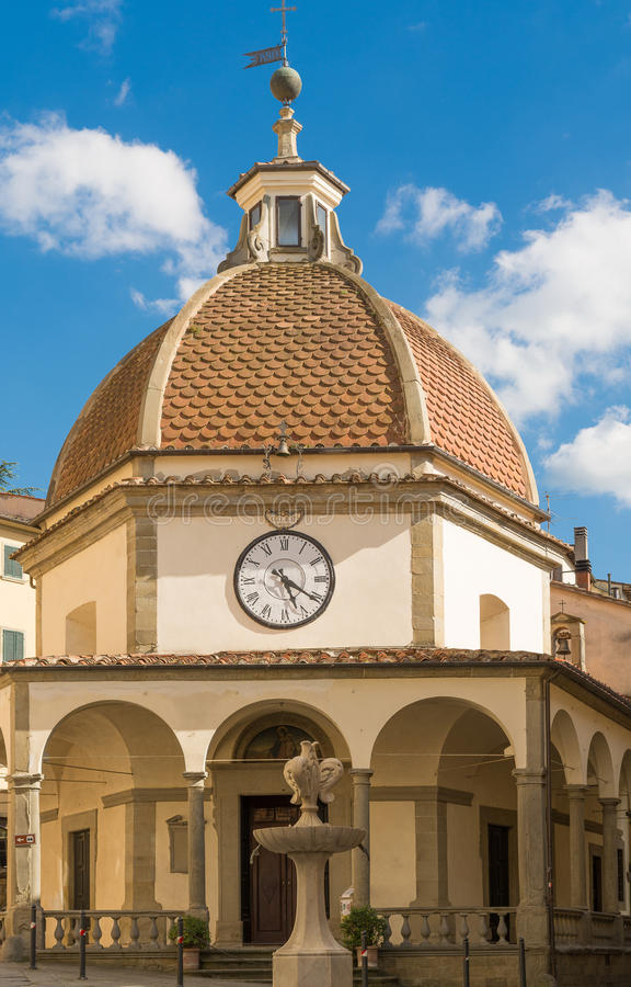 Kerk met de koepel en klok in Poppi stock afbeeldingen