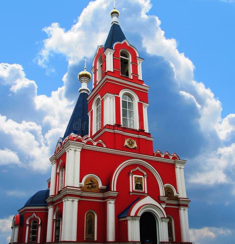 Kerk met een klokketoren royalty-vrije stock afbeelding
