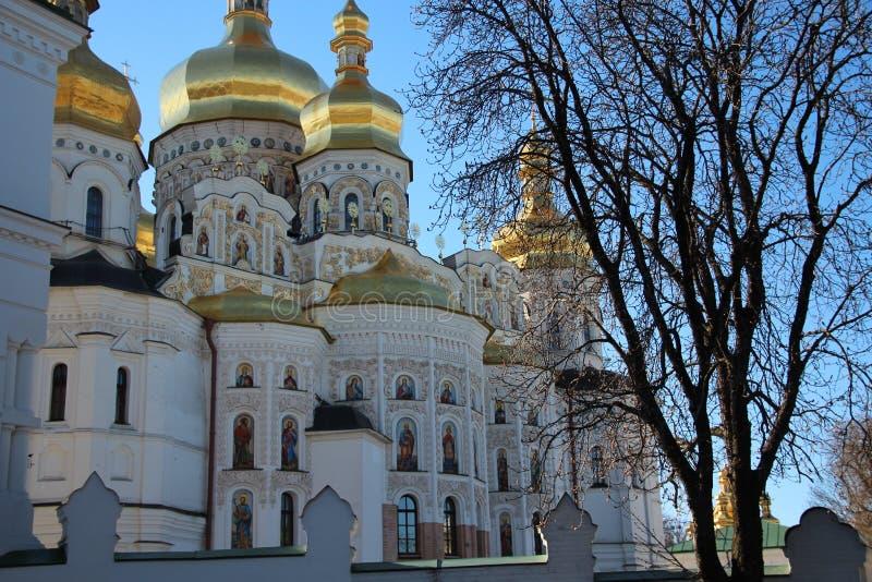 Kerk met gouden koepels royalty-vrije stock afbeeldingen