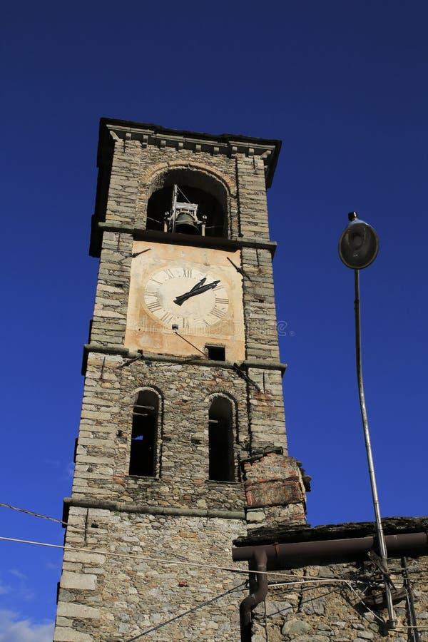 Kerk met klokketoren en klok, San Eusebio in Peglio, Meer Como, in Italië royalty-vrije stock fotografie
