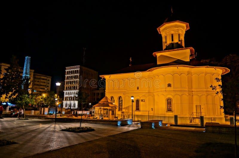Kerk in nachtlicht stock afbeelding