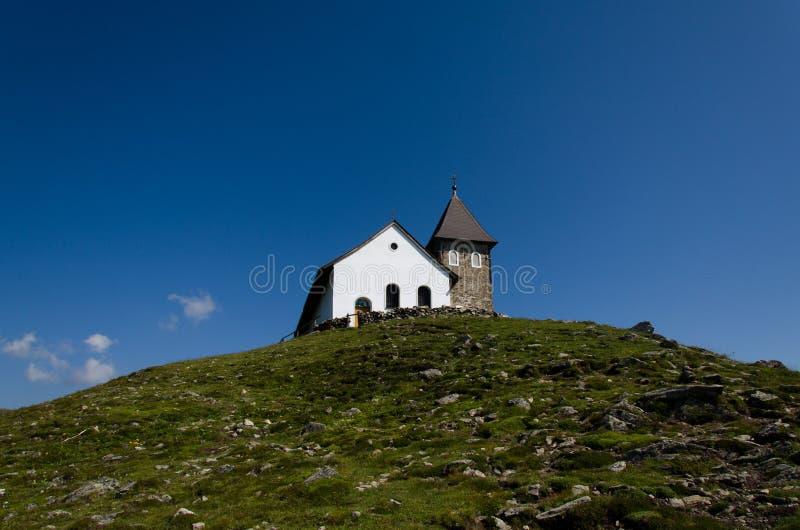 Kerk op bergbovenkant royalty-vrije stock foto