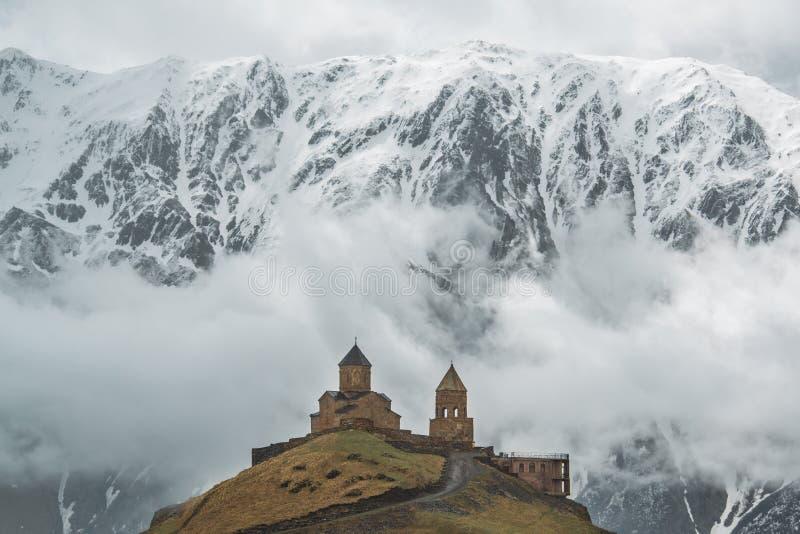 Kerk op de achtergrond van de berg royalty-vrije stock afbeeldingen
