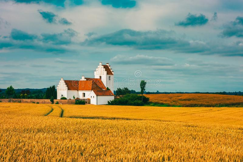 Kerk op Deens platteland stock fotografie