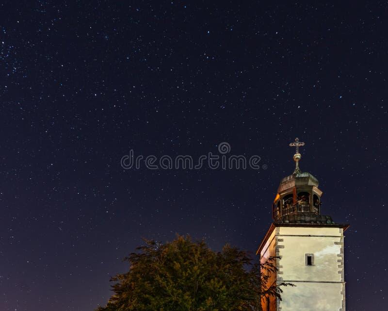 Kerk op een achtergrond van de sterrige hemel stock foto's