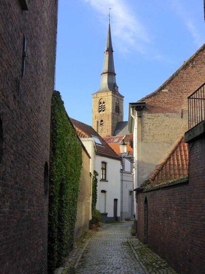 Kerk op eind van steeg stock foto's