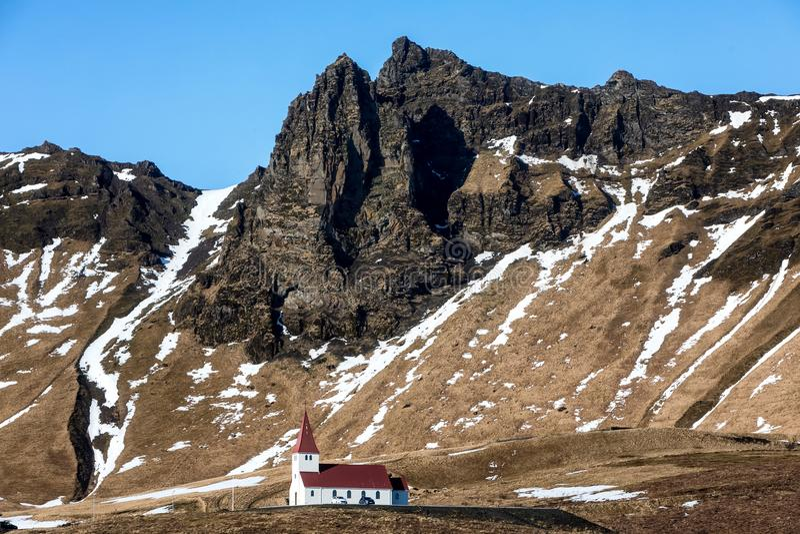 Kerk op heuvel in Vik, Weinig stad van Zuidelijk IJsland stock fotografie