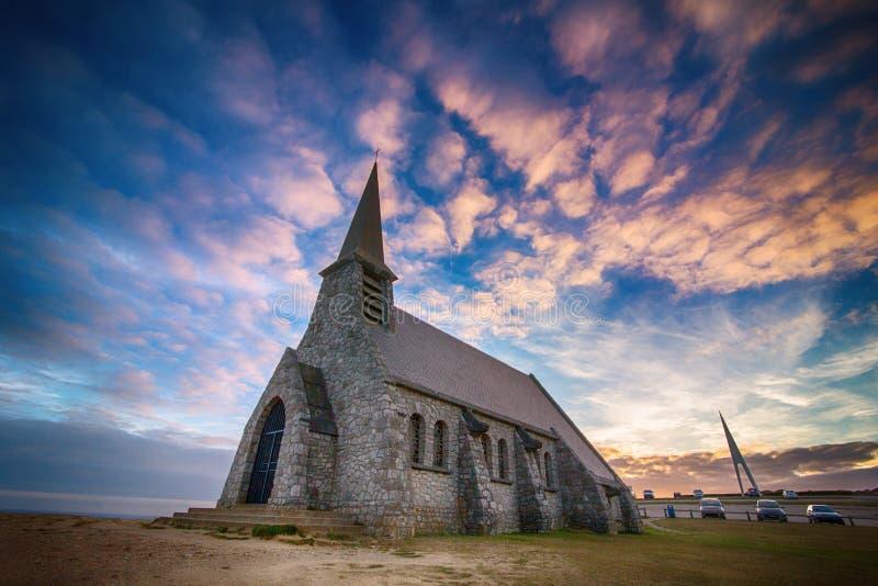 Kerk op klip door Etretat, Normandië stock foto