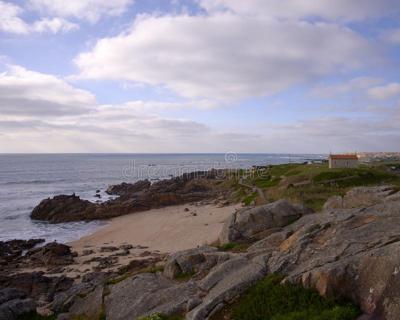 Kerk over de baai op bewolkte dag royalty-vrije stock afbeelding