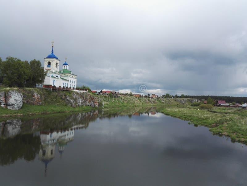 Kerk in Russisch dorp stock afbeelding