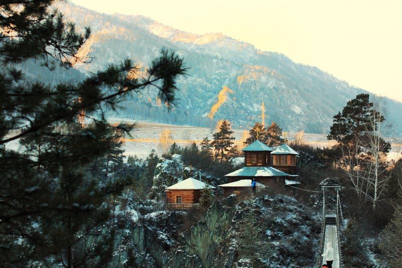 Kerk in Siberische bergen stock afbeeldingen