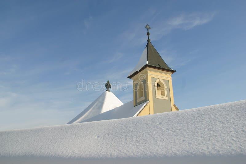 Download Kerk in sneeuw stock afbeelding. Afbeelding bestaande uit vorst - 29501101
