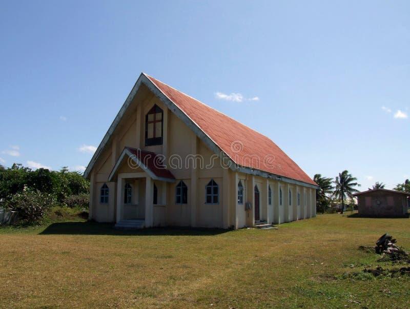 Kerk in traditioneel Fijian-dorp stock afbeeldingen