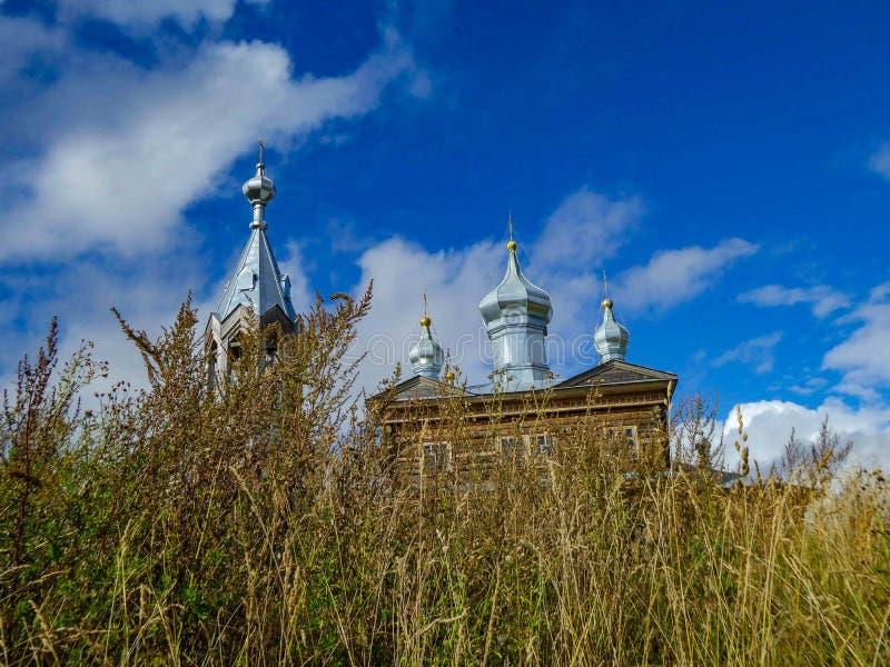Kerk tussen de grassen stock foto