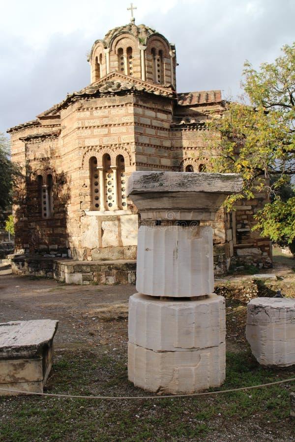 Kerk van de Heilige Apostelen met steenartefacten in Oud Agora van Athene stock afbeeldingen