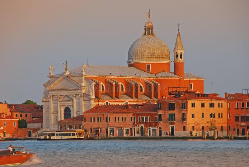 Kerk van de Verlosser in Venetië in de zomer met verschillende schaduwen van avondzonlicht stock afbeelding
