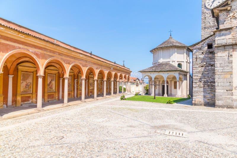 Kerk van Gervasio en Protasio in Baveno, op Meer maggiore, Pastei stock afbeeldingen