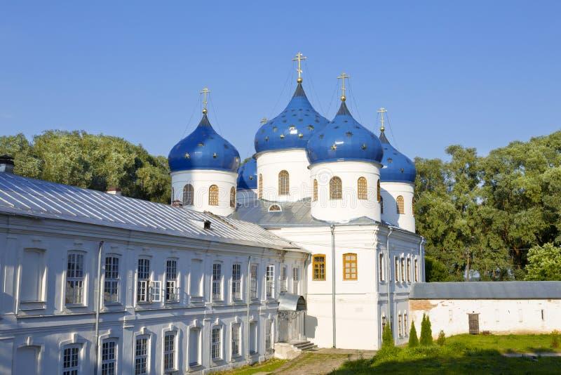 Kerk van Heilig Kruis in Russisch orthodox Yuriev-Klooster in Veliky Novgorod (Rusland) royalty-vrije stock afbeeldingen