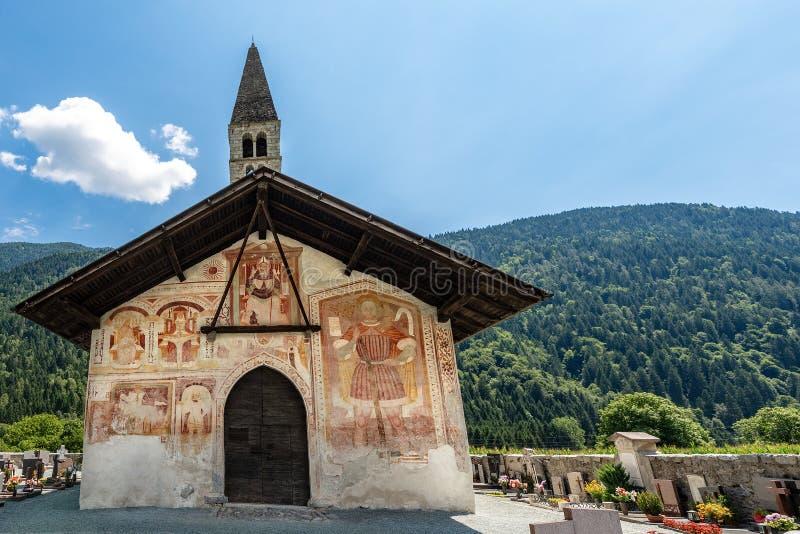 Kerk van Heilige Anthony de Abt in Pelugo Itali? royalty-vrije stock afbeeldingen
