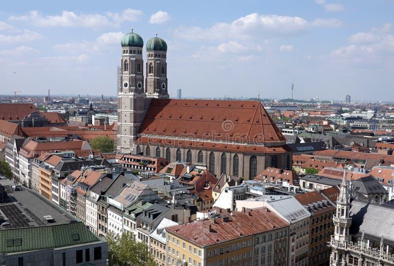 Kerk van Heilige Maagdelijke Mary in de mening van München op zonnige de zomerdag boven cityscape royalty-vrije stock foto's