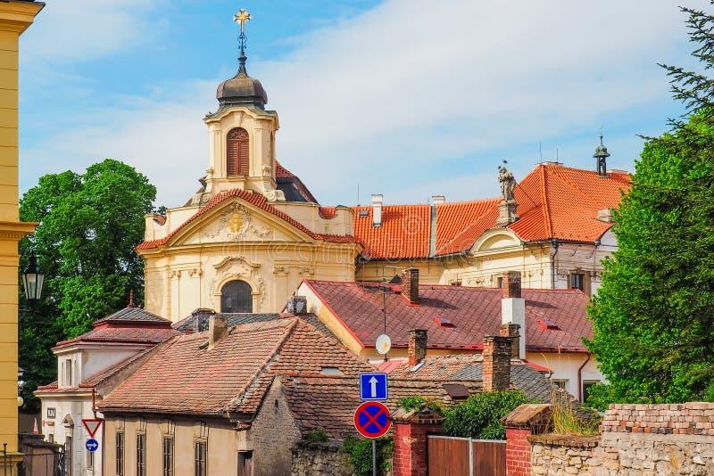 Kerk van het Heiligste Hart van Onze Lord en Ursuline Convent achter de daken in Kutna Hora, Tsjechische Republiek stock foto's
