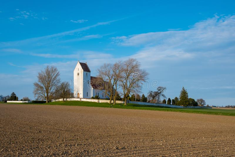 Kerk van Kalvehave in het Deense platteland stock foto